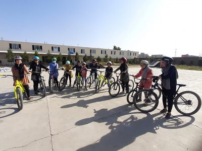 Girls in Afghanistan get the chance to ride bikes at Drop and Ride / Mädchen in Afghanistan bekommen die Chance bei Drop and Ride Fahrrad zu fahren