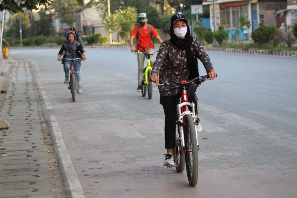 Kleingruppe von Drop and Ride mit Maske auf dem Fahrrad in Kabul