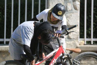 Zwei Mädchen von Drop and Ride reparieren ein Fahrrad